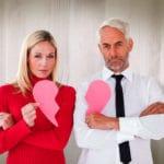 couple tenant un coeur brisé