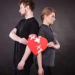 couple tenant un coeur avec des pansements