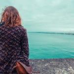 jeune femme assise au bord de leau