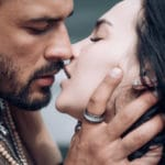 couple qui s'embrasse passionnément