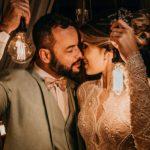 Couple qui s'embrasse en tenue de mariage